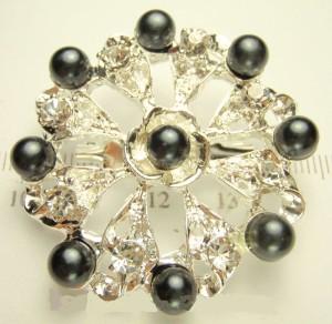 Свадебная брошь «Гертруда» с чёрными бусинами и белыми кристаллами фото. Купить