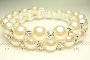 Двухрядный браслет «Жемчужный» с белыми бусинами и бесцветными стразами в белом металле фото. Купить