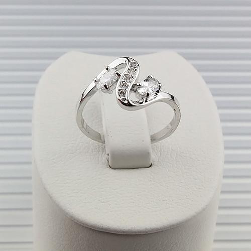 Закрученное кольцо «Шарлотта» с двумя цирконами и мелкими фианитами, покрытое слоями родия купить. Цена 185 грн