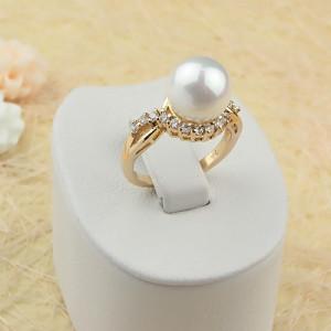 Милое кольцо «Орейро» с крупной жемчужиной, цирконами и 18-ти каратным золотым покрытием фото. Купить