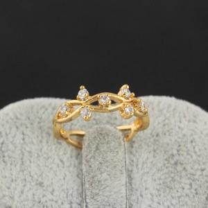 Волнистое кольцо с мелкими цирконами и отличным напылением из жёлтого золота фото. Купить