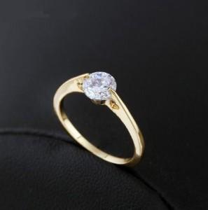 Плоское кольцо с вырезами в форме сердца, круглым фианитом и 18-ти каратной позолотой купить. Цена 125 грн или 395 руб.