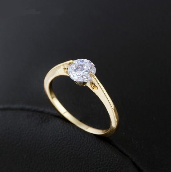 Плоское кольцо с вырезами в форме сердца, круглым фианитом и 18-ти каратной позолотой купить. Цена 125 грн