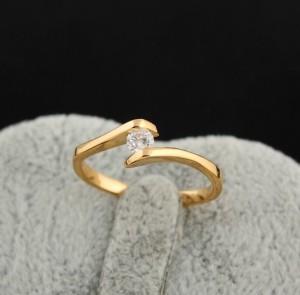 Незамкнутое позолоченное кольцо, соединённое круглым бесцветным цирконом купить. Цена 110 грн