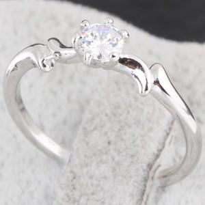 Тонкое кольцо с одним бесцветным цирконом и качественным напылением из платины купить. Цена 99 грн или 310 руб.