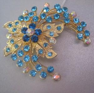 Очень красивая брошь «Милавица» в виде цветка с голубыми стразами в металле с покрытием под золото купить. Цена 125 грн