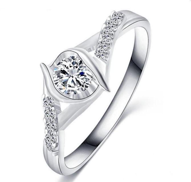 Благородное кольцо «Энигма» красивой формы с цирконами и платиновым напылением купить. Цена 185 грн