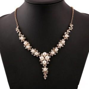 Классическое удлинённое ожерелье «Орейро» из белых бусин под жемчуг со стразами в жёлтом металле купить. Цена 185 грн или 580 руб.