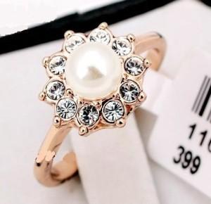 Прелестное кольцо «Жемчужина» (бренд-ITALINA) с жемчужиной, стразами Сваровски и 18-ти каратной позолотой купить. Цена 165 грн или 520 руб.