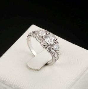 Завораживающее кольцо «Сказка» (бренд-ITALINA) с тремя цирконами и высококлассным родиевым напылением фото. Купить