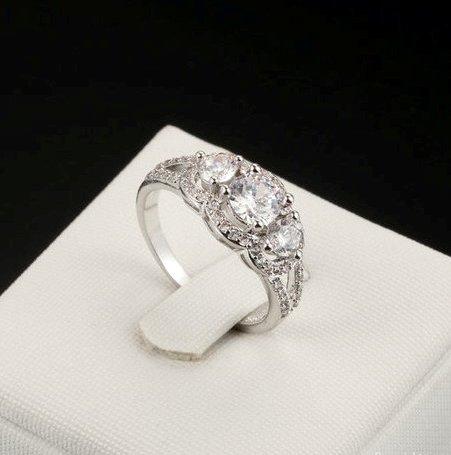 Завораживающее кольцо «Сказка» (бренд-ITALINA) с тремя цирконами и высококлассным родиевым напылением купить. Цена 235 грн
