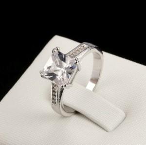 Благородное кольцо «Банкет» (бренд-ITALINA) с квадратным камнем Сваровски и покрытием из платины купить. Цена 175 грн или 550 руб.