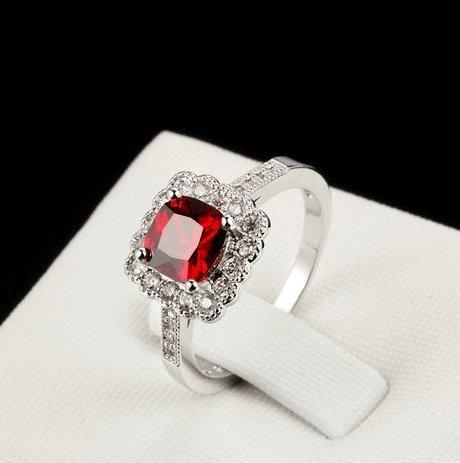 Изумительное кольцо «Адамас»с красным квадратным камнем Сваровски и платиновым напылением купить. Цена 220 грн