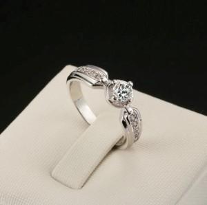 Элегантное кольцо «Рапсодия» с бесцветными кристаллами Сваровски и покрытием из платины купить. Цена 155 грн