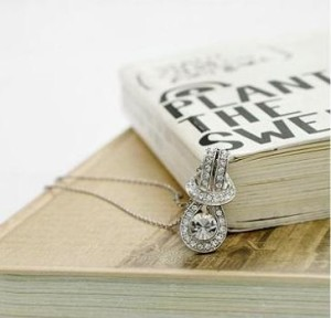 Миленькая подвеска «Узелок» с небольшим кулоном серебряного цвета с прозрачными стразами купить. Цена 110 грн