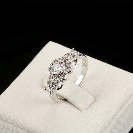 Узорное кольцо «Прохлада» с платиновым напылением и бесцветными кристаллами Сваровски купить. Цена 195 грн