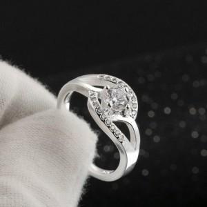 Утончённое кольцо «Завирюха» ажурной формы с блестящими фианитами и настоящим посеребрением купить. Цена 135 грн