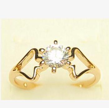 Удивительное кольцо «Дамское» интересной формы с одним цирконом и 18-ти каратной позолотой купить. Цена 145 грн
