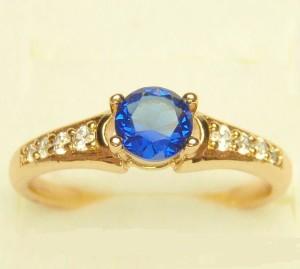 Небольшое красивое кольцо «Альянс» с круглым синим цирконом и реальной позолотой купить. Цена 165 грн или 520 руб.