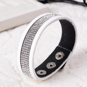 Белоснежный браслет «Кимберли» на кнопке с полосой из страз дымчатого цвета фото. Купить