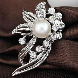 Небольшая брошь «Петра» ажурной формы с белыми жемчужинами и стразами в серебряном металле купить. Цена 79 грн