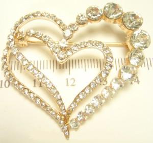 Романтичная брошь «Два сердца» из сплава золотого цвета со стразами купить. Цена 79 грн