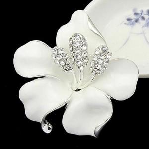 Неповторимая брошь «Нежность» в форме крупног цветка с белой эмалью и стразами фото. Купить