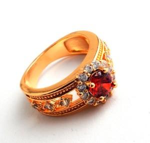 Богемное кольцо «Аврелия» с красным фианитом и бесцветными цирконами в позолоченной оправе купить. Цена 165 грн