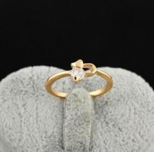 Простое кольцо с одним прозрачным фианитом в тонкой позолоченной оправе купить. Цена 110 грн