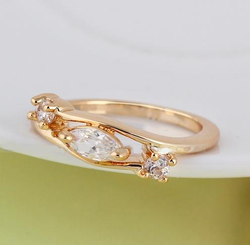Чудное кольцо с тремя фианитами и качественным золотым напылением купить. Цена 145 грн