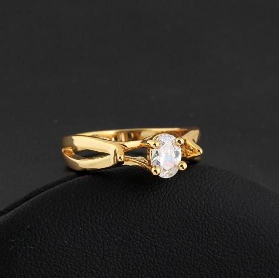 Интересное кольцо с овальным цирконом в высокой оправе с напылением арабским золотом купить. Цена 155 грн