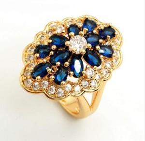 Эффектное кольцо «Эдем» с красивым узором из синих и белых камней и золотым покрытием фото. Купить