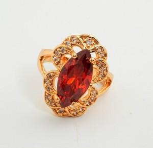 Грациозное кольцо «Моника» с крупным красным фианитом, мелкими стразами в ажурной оправе фото. Купить
