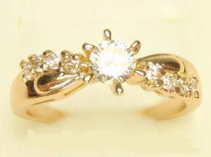 Очаровательное кольцо «Иванна» с бесцветными цирконами и 18-ти каратным золотым покрытием купить. Цена 195 грн