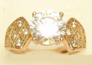 Благородное кольцо «Герцогиня» с круглым цирконом в красивой широкой оправе с позолотой купить. Цена 230 грн