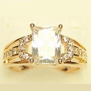 Аристократичное кольцо «Баронесса» с прямоугольным камнем с мелкими фианитами в позолоте купить. Цена 220 грн