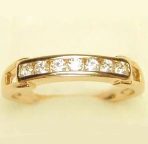 Прямое кольцо «Бастион» с небольшой полосой из страз в позолоченной оправе купить. Цена 155 грн