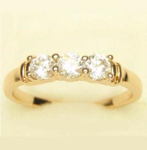 Качественное кольцо «Сантана» с тремя фианитами в ряд на тонкой позолоченной оправе фото. Купить