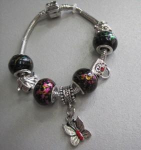 Женский браслет «Pandora» с красивыми бусинами и бабочкой-висюлькой купить. Цена 175 грн или 550 руб.