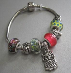 Яркий браслет «Pandora» с разноцветными бусинами и кулоном в виде совы купить. Цена 175 грн или 550 руб.