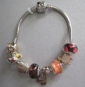 Серебристный браслет «Pandora» с цветными бусинами и висюлей-сердцем купить. Цена 175 грн или 550 руб.