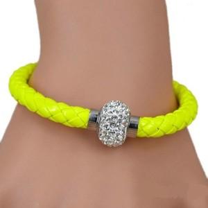 Яркий плетёный браслет «Блеск» жёлтого цвета с бусиной со стразами и магнитной застёжкой фото. Купить