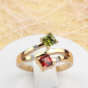 Игривое кольцо «Попурри» с двумя цветными квадратными камнями в позолоченной оправе фото. Купить