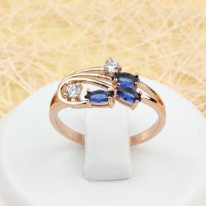 Красивое кольцо «Ирисы» с синими и бесцветными фианитами и покрытием из золота фото. Купить