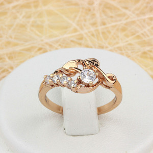 Утончённое кольцо «Стрелиция» красивого дизайна с качественной позолотой и фианитами фото. Купить