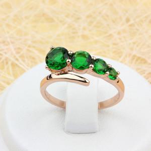 Классное кольцо «Комета» с фианитами изумрудного цвета в простой оправе с позолотой фото. Купить