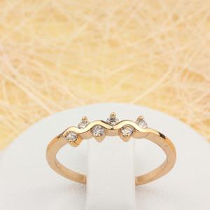 Простенькое кольцо «Волнистое» с небольшими фианитами в тонкой позолоченной оправе фото. Купить