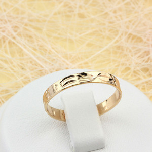 Недорогое обручальное кольцо с рельефным узором без камней с высококачественной позолотой купить. Цена 99 грн или 310 руб.