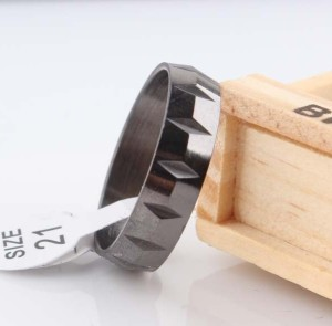 Однотонное стальное кольцо «Gedeon» чёрного цвета с поперечными зарубками купить. Цена 145 грн