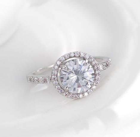 Потрясающее кольцо «Созвездие» с круглым фианитом в оправе из мелких цирконов с платиновым покрытием купить. Цена 199 грн
